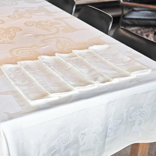 Tafelkleed_Wayang_wit_tafel_1000